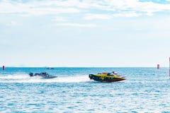 El barco F5 con el cielo hermoso y el mar en Bangsaen accionan el barco 2017 en la playa de Bangsaen en Tailandia Imagen de archivo libre de regalías