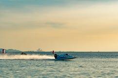 El barco F5 con el cielo hermoso y el mar en Bangsaen accionan el barco 2017 en la playa de Bangsaen en Tailandia Fotografía de archivo libre de regalías
