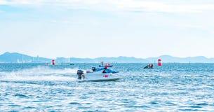 El barco F5 con el cielo hermoso y el mar en Bangsaen accionan el barco 2017 en la playa de Bangsaen en Tailandia Foto de archivo libre de regalías