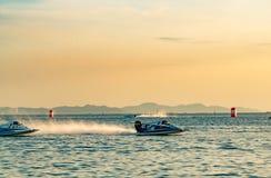 El barco F1 con el cielo hermoso y el mar en Bangsaen accionan el barco 2017 en la playa de Bangsaen en Tailandia Imagen de archivo libre de regalías