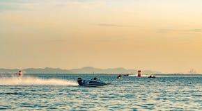 El barco F5 con el cielo hermoso y el mar en Bangsaen accionan el barco 2017 en la playa de Bangsaen en Tailandia Imagenes de archivo