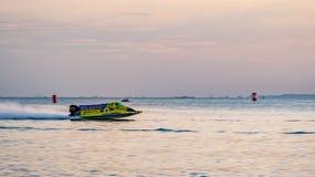 El barco F1 con el cielo hermoso y el mar en Bangsaen accionan el barco 2017 en la playa de Bangsaen en Tailandia Imágenes de archivo libres de regalías
