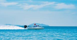 El barco F1 con el cielo hermoso y el mar en Bangsaen accionan el barco 2017 en la playa de Bangsaen en Tailandia Fotografía de archivo