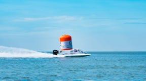El barco F1 con el cielo hermoso y el mar en Bangsaen accionan el barco 2017 en la playa de Bangsaen en Tailandia Foto de archivo libre de regalías