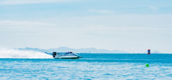El barco F1 con el cielo hermoso y el mar en Bangsaen accionan el barco 2017 en la playa de Bangsaen en Tailandia Fotografía de archivo libre de regalías