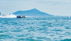 El barco F1 con el cielo hermoso y el mar en Bangsaen accionan el barco 2017 en la playa de Bangsaen en Tailandia Fotos de archivo libres de regalías
