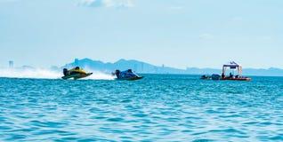 El barco F3 con el cielo hermoso y el mar en Bangsaen accionan el barco 2017 en la playa de Bangsaen en Tailandia Imagen de archivo