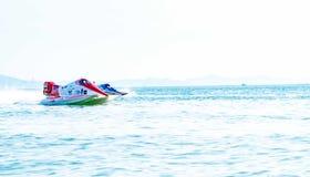 El barco F3 con el cielo hermoso y el mar en Bangsaen accionan el barco 2017 en la playa de Bangsaen en Tailandia Fotografía de archivo libre de regalías