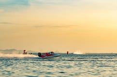 El barco F5 con el cielo hermoso y el mar con puesta del sol en Bangsaen accionan el barco 2017 en la playa de Bangsaen en Tailan Fotos de archivo libres de regalías