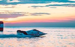 El barco F3 con el cielo hermoso y el mar con puesta del sol en Bangsaen accionan el barco 2017 en la playa de Bangsaen en Tailan Fotos de archivo