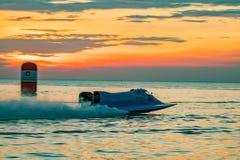 El barco F1 con el cielo hermoso y el mar con puesta del sol en Bangsaen accionan el barco 2017 en la playa de Bangsaen en Tailan Imagen de archivo libre de regalías