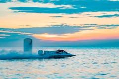El barco F1 con el cielo hermoso y el mar con puesta del sol en Bangsaen accionan el barco 2017 en la playa de Bangsaen en Tailan Fotos de archivo