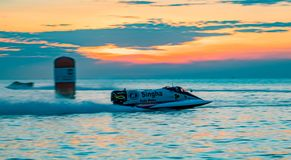 El barco F1 con el cielo hermoso y el mar con puesta del sol en Bangsaen accionan el barco 2017 en la playa de Bangsaen en Tailan Imágenes de archivo libres de regalías