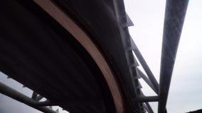 El barco flota debajo del puente a lo largo de los canales en Amsterdam Visión por dentro del barco almacen de metraje de vídeo