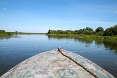 El barco flota en el agua Imagen de archivo libre de regalías