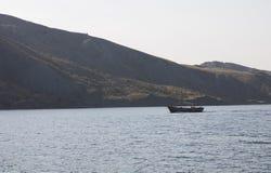 El barco flota en el Mar Negro crimea Imágenes de archivo libres de regalías