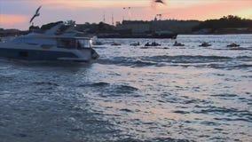 El barco flota en el río almacen de video