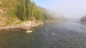 El barco flota en el río Visión superior almacen de metraje de vídeo