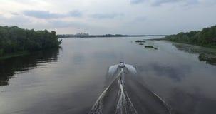El barco flota en la opinión aérea del río almacen de metraje de vídeo