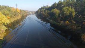 El barco flota en un río hermoso del otoño almacen de video
