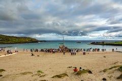 El barco histórico de Rapa Nui llega a la playa de Anakena, día nublado imágenes de archivo libres de regalías