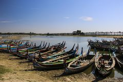 El barco local en el lago Taungthaman cerca del puente de U Bein en Amarapu foto de archivo