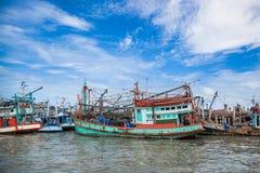El barco nativo del pescador era parque en el embarcadero del PE de Baan Fotos de archivo
