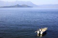 El barco permanece en un mar pacífico Foto de archivo