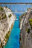 El barco que cruza el canal de Corinth en Grecia imagen de archivo