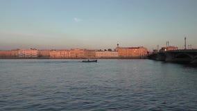 El barco que pasa a través del canal de la ciudad metrajes