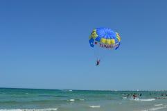 El barco que tira del paracaídas rope apagado la costa de la playa de Túnez imagen de archivo libre de regalías