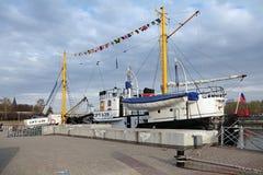 El barco rastreador medio de la pesca Imagenes de archivo