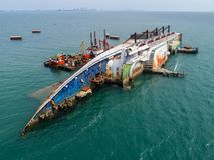 El barco se estrella en el mar, barco de cruceros, accidente, naufragio, top VI Imágenes de archivo libres de regalías