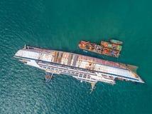 El barco se estrella en el mar, barco de cruceros, accidente, naufragio, v superior Imagenes de archivo