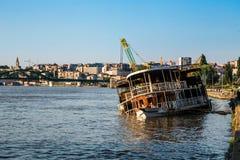 El barco se hundió en el río Sava Fotografía de archivo