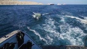 El barco se menea en las ondas en el mar metrajes