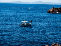 El barco tiró fuera de una formación de roca en la pieza de Francia del mar Mediterráneo imágenes de archivo libres de regalías