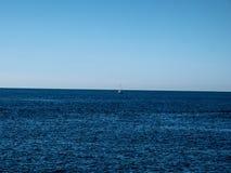 El barco tiró fuera de una formación de roca en la pieza de Francia del mar Mediterráneo fotografía de archivo