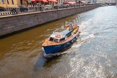 El barco turístico pasa a través del canal en un día soleado en el hist Fotografía de archivo