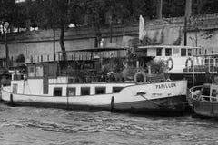 El barco turístico flota en el canal cerca de Notre Dame de Paris Foto de archivo libre de regalías