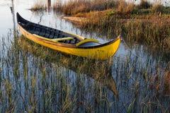 El barco vacío amarillo atracó un río Fotos de archivo libres de regalías