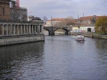 El barco viaja debajo del puente del carril en la diversión del río en Berlín central, Alemania imagenes de archivo