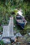 El barco viejo amarró abajo del pontón en un día de verano Visión vertical Fotos de archivo
