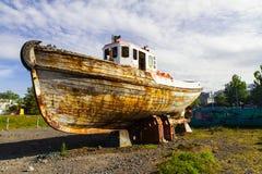 El barco viejo en el campo volcánico es una vista lateral islandia foto de archivo libre de regalías
