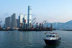 El barco y el carguero en Victoria se abrigan, Hong-Kong Fotografía de archivo