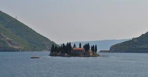 El barco y la isla fotos de archivo