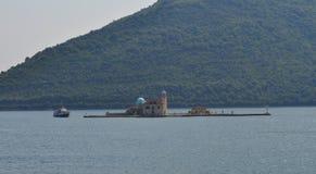 El barco y la isla de Ostrvo fotografía de archivo libre de regalías