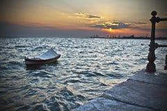 El barco y la puesta del sol Imágenes de archivo libres de regalías