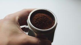 El barista caucásico prepara el café italiano fragante en el fabricante de café de aluminio El hombre muestra cómo cocinar el caf almacen de video