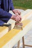 El barnizar de madera Imagen de archivo